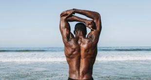 Meißelte Bodybuilder verwenden Hydroxycut, um Fett zu verlieren und Muskeln aufzubauen