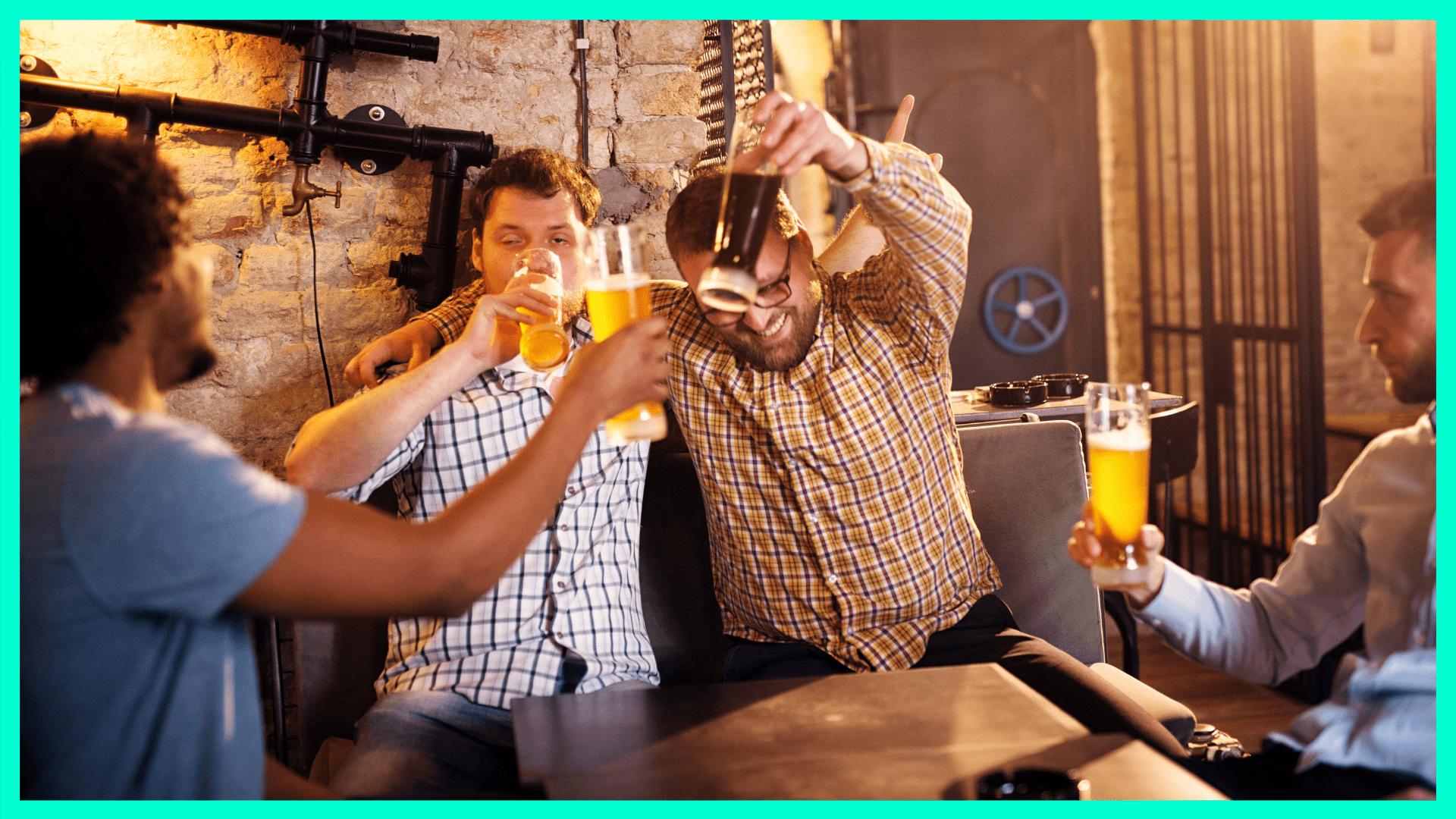 Gruppe von Männern auf Bier getrunken